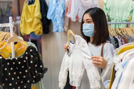 Persona comprando con mascarilla