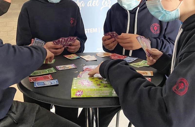 Participantes en la investigación jugando a Virus!