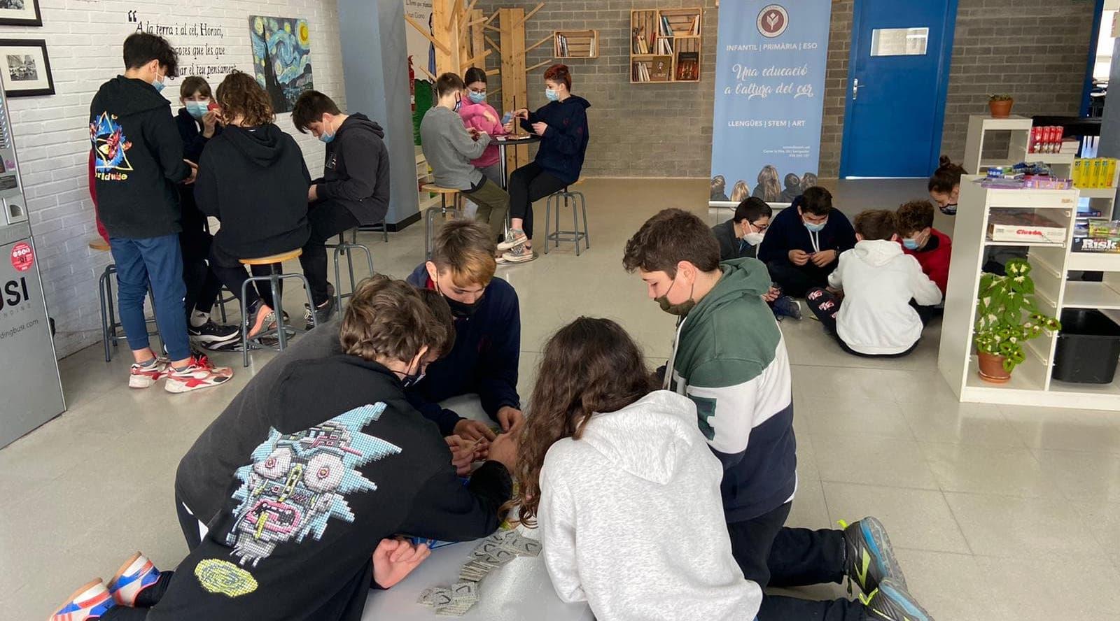 Participantes en la investigación jugando